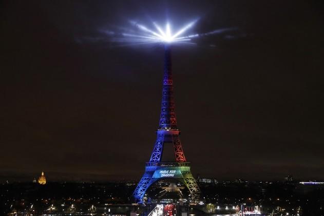 La tour Eiffel aux couleurs de Paris 2024 ©PATRICK KOVARIK - AFP