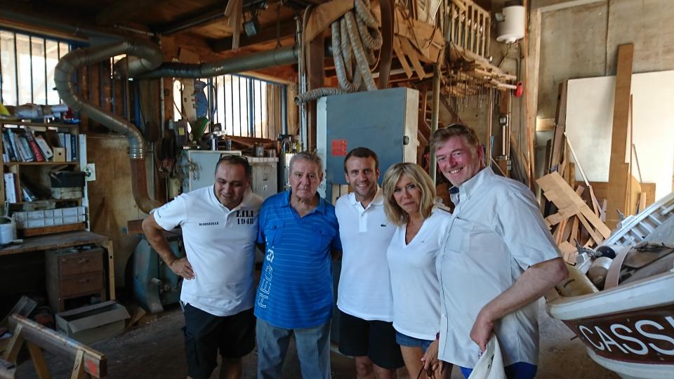 De gauche à droite : Denis Borg, artisan naval, son père, Michel Borg, Emmanuel Macron, Brigitte Macron et Childéric Muller, président du MoDem des Bouches-du-Rhône ©Denis Borg