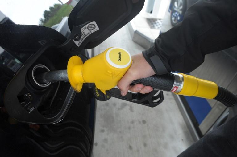 Les taxes gouvernementales et les marges des distributeurs critiquées dans le cadre de l'augmentation des prix à la pompe (©FRED TANNEAU - AFP)